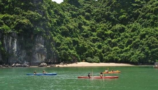 Đi thuyền trên vịnh Lan Hạ với những trải nghiệm khó quên