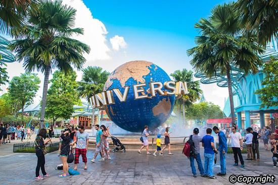 Chụp hình cùng quả cầu Universal huyền thoại